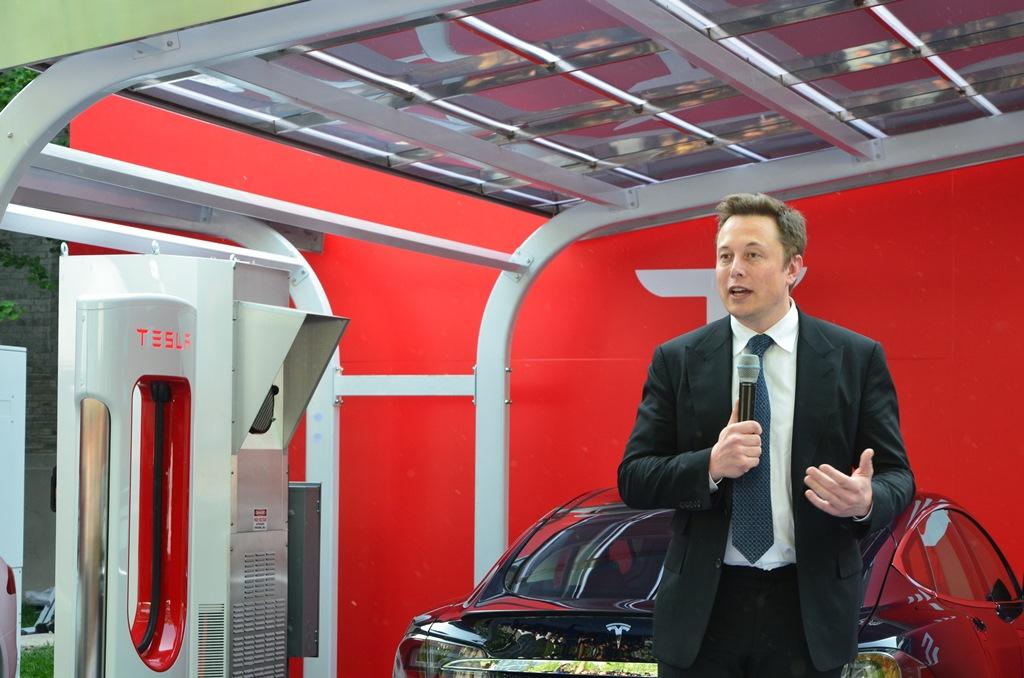 特斯拉创始人Elon Musk在汉能光伏充电站系统前发表讲话