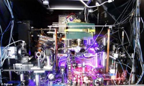 """未来时钟:美国科学家表示,这个""""锶晶格钟""""的**度比以前的世界纪录保持者——美国国家标准与技术研究所(NIST)的量子逻辑时钟高50%"""