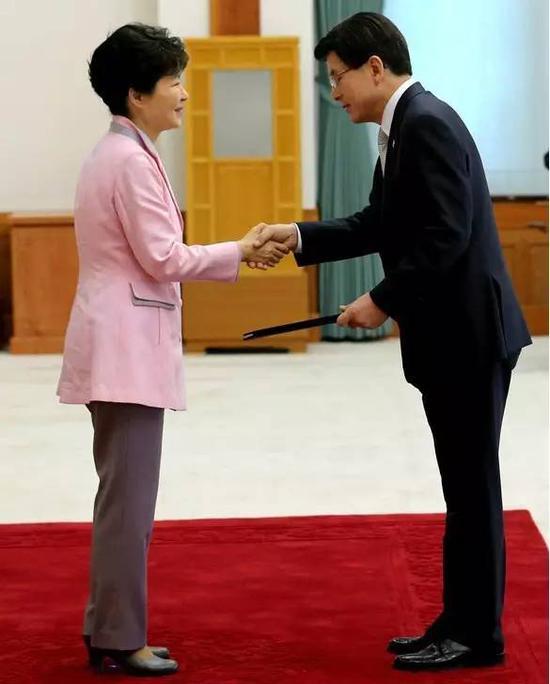 安熙正是忠清南道知事(相当于中国的省长),与文在寅同属在野的共同民主党。
