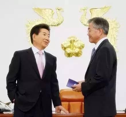 文在寅参加过2012年的总统大选,*终以微弱的劣势输给了朴槿惠。