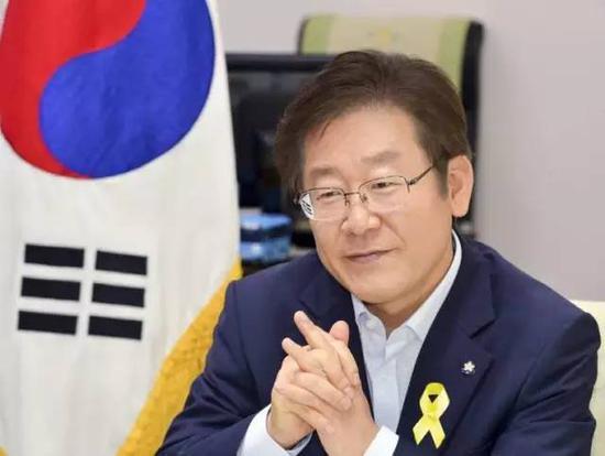安哲秀博士毕业于首尔大学医学院,后转行成为韩国第一代风险企业家,创办了韩国首家从事杀毒软件开发的企业。