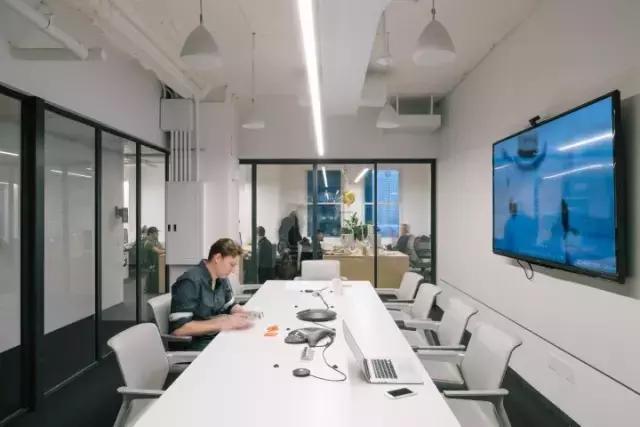 真是大胆又简约的设计,来看这家公司演绎原木办公空间
