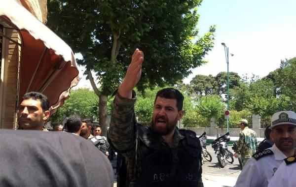6月7日,在伊朗首都德黑兰,警察封锁伊朗议会附近的街道(手机拍摄)。   据伊朗媒体报道,位于首都德黑兰的伊朗议会和德黑兰南部的已故****霍梅尼陵7日分别发生枪击事件,造成1人死亡、10人受伤。新华社发(艾哈迈德·哈拉比萨斯 摄)