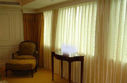 电动窗帘正确的清洗窗帘可分为四大步骤.
