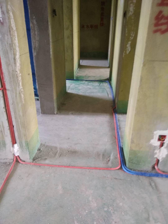 一、厨房进行水电路改造时,先得想好热水器安装的位置,这样才能确定热水管安装的位置,进行水路改造。安装时,要注意冷、热水上水管口高度一致,管口应该高出墙面两厘米,冷热水管间距是15厘米,这个标准要严格执行。冷、热水管均为入墙做法,开槽时需检查槽的深度,冷热水管不能同槽。  二、卫生间水路改造较复杂,洗面盆、马桶、浴缸和洗衣机的安装位置需预先想好,地漏的下水道处理要到位,否则以后会造成返水现象。水表安装位置应方便读数,水表、阀门离墙面的距离要适当,要方便使用和维修。连体坐便器要根据型号来确定出水口的位置,一般