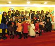 首届沪剧艺术节,沪语训练营小学员走红毯,龚学平共同谢幕