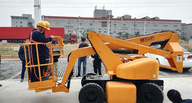福建宁德-厂房工程现场-10米电动曲臂式高空作业平台