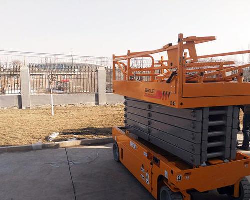 西北某机场项目现场-自行走电动剪叉式高空作业平台