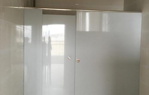 合肥蜀山中学、青阳路学校卫生间成品隔断施工案例(隔断材质:18mm厚PVC空腔板)