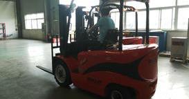 江苏大型新能源车辆公司-3吨四支点电动叉车