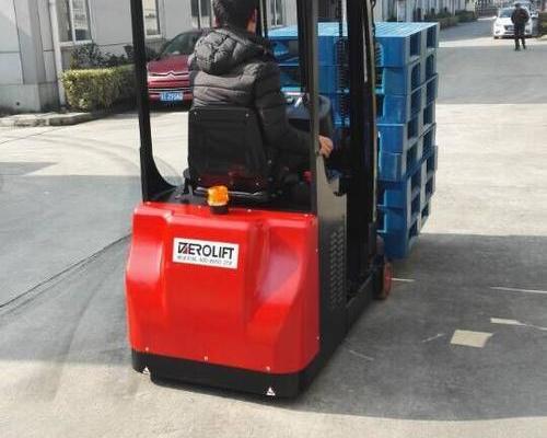 苏州某金属公司--座驾式三支点平衡重堆高车