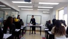 老师演示桌面摆台