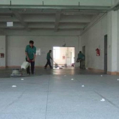 接待中心清洗水磨石地板和翻新