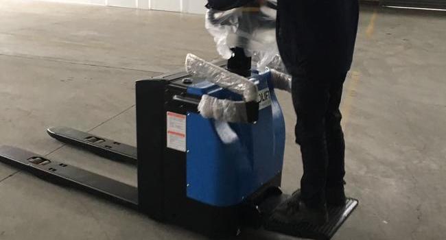 浙江某新能源公司购买DEROLIFT站驾式电动搬运车