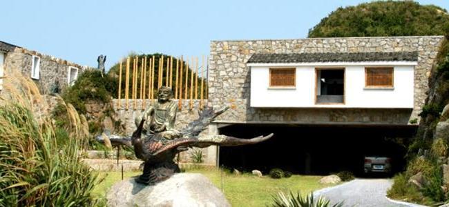 莲花岛入口建筑:取当地破败民居的青瓦、石墙将建筑、景观、雕塑融合成为现代而朴质的大地艺术作品。朱仁民在这里传达着生态主义、自然主义的艺术创作理念。.jpg
