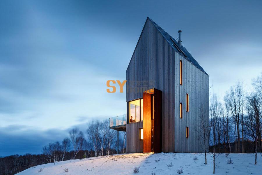 迎风站在高高山岗上的小木屋