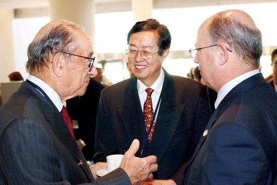 2003年9月21日,中国人民银行行长周小川(中)与美联储主席格林斯潘(左)和国际清算银行总经理马尔科姆·奈特(右)在国际货币基金组织决策机构国际货币和金融委员会会议开始前交谈。供图/新华社