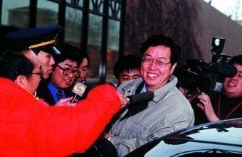 2001年8月,记者访问时任证监会主席周小川。图/本刊资料库