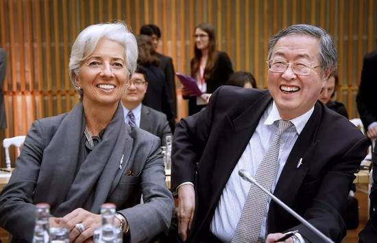 当地时间2016年3月31日,法国巴黎,G20国财长和央行官员们召开国际货币体系会议,就如何改善全球金融渠道为下次危机做准备进行讨论。中国央行行长周小川出席会议,与国际货币基金组织(IMF)总裁拉加德交谈。供图/视觉中国