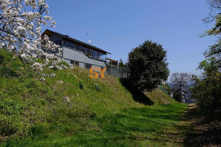 俯瞰山脉美景,山丘上的家庭住宅