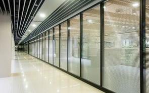 为什么办公装修多采用玻璃隔断