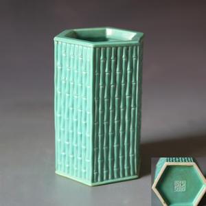 乾隆年制款绿釉竹节纹六方笔筒