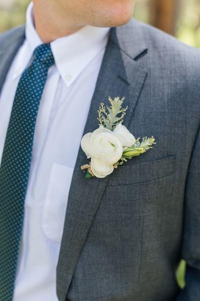 婚礼上用的白色胸花图片 纯白花朵象征纯洁感情