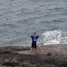中国学生普吉岛岩石上拍照 拍完即被巨浪卷走