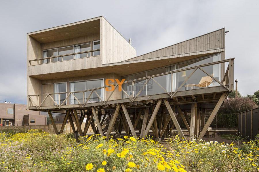 底层架空,14根树型柱支撑起的观野住宅