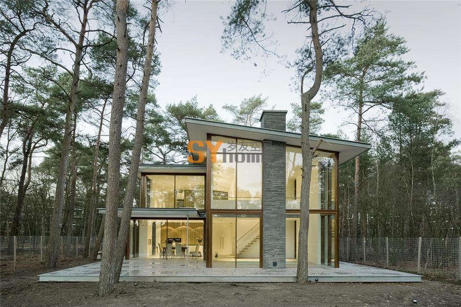 松林中透明的家