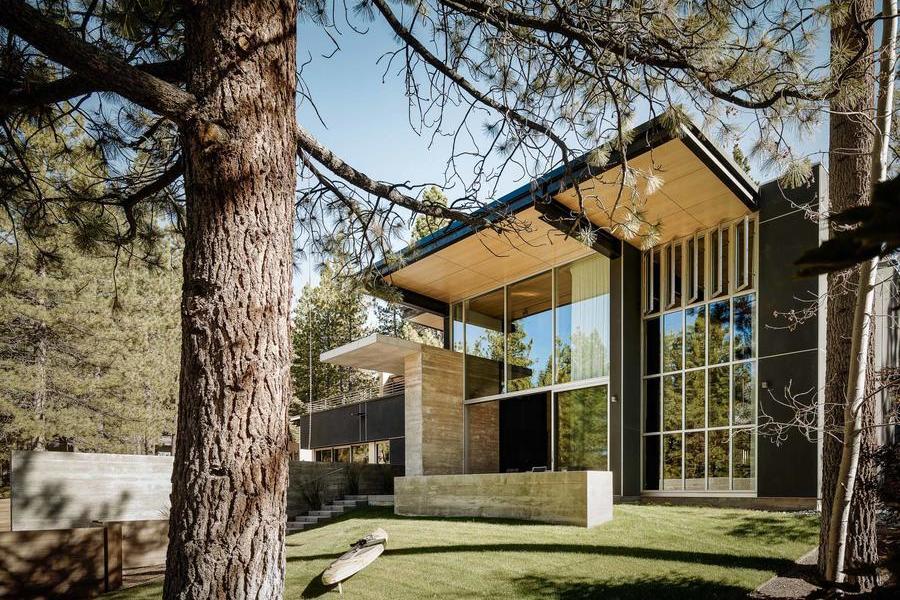 湖景開闊、簡約現代的雪松林住宅