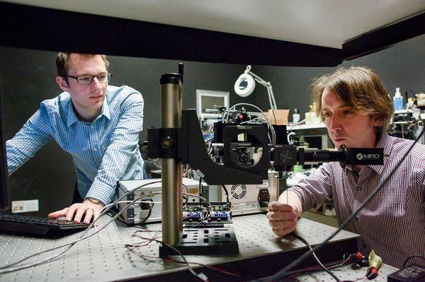 科学家:新型激光系统让自动驾驶汽车可看穿角落盲区