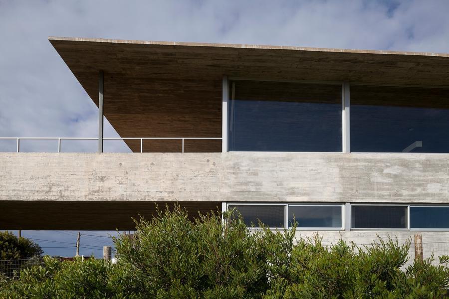 向大海延伸:乌拉圭悬挑在草坡上的住宅