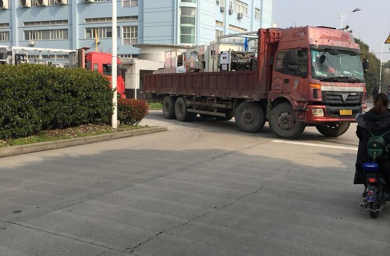 货车拉运废旧物资