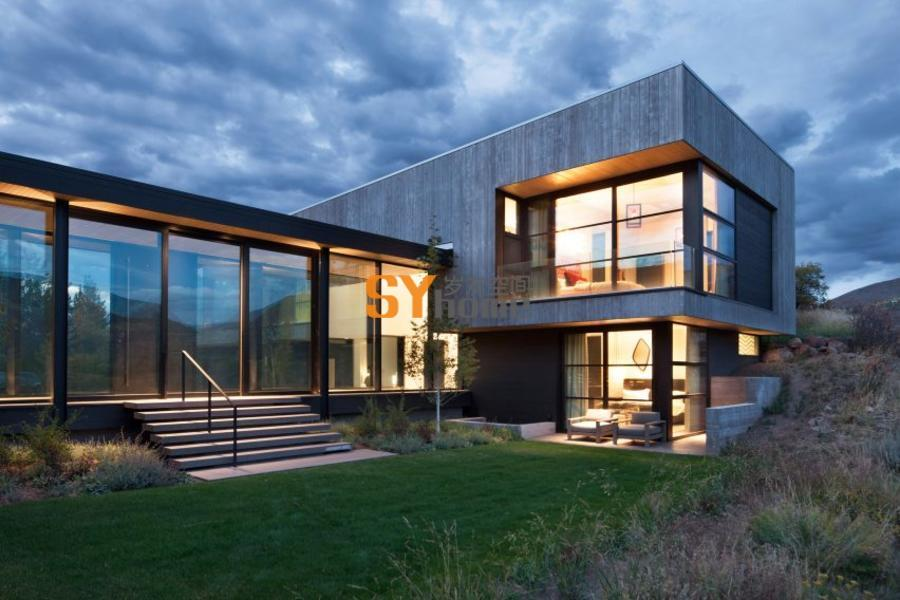 落基山上,杂草堆里,一座现代别墅俯瞰着山脚下小河弯弯