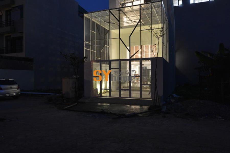 """应用""""灰空间"""",将仅5x12m的面积内变成宽广的家庭空间"""
