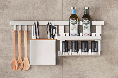 Un mur de cuisine en acier inoxydable