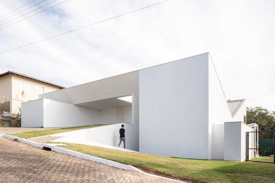 純白盒子的無規則堆疊 — Cora坡地住宅