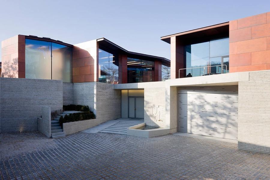 恰在水域之间——私人画廊与住宅