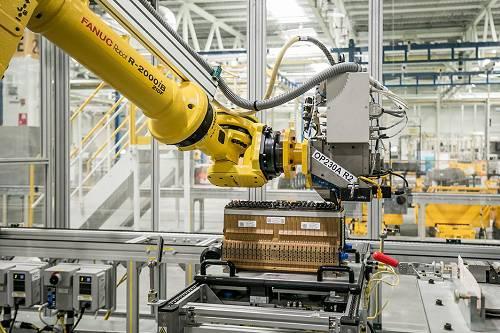 作为通用汽车全球第二家以及北美之外第一家电池装配中心,上汽通用汽车动力电池系统发展中心依托通用汽车在电动化领域的领先优势,与通用全球同步生产新能源车动力电池组,以实现新能源车型核心部件电池系统的国产化。