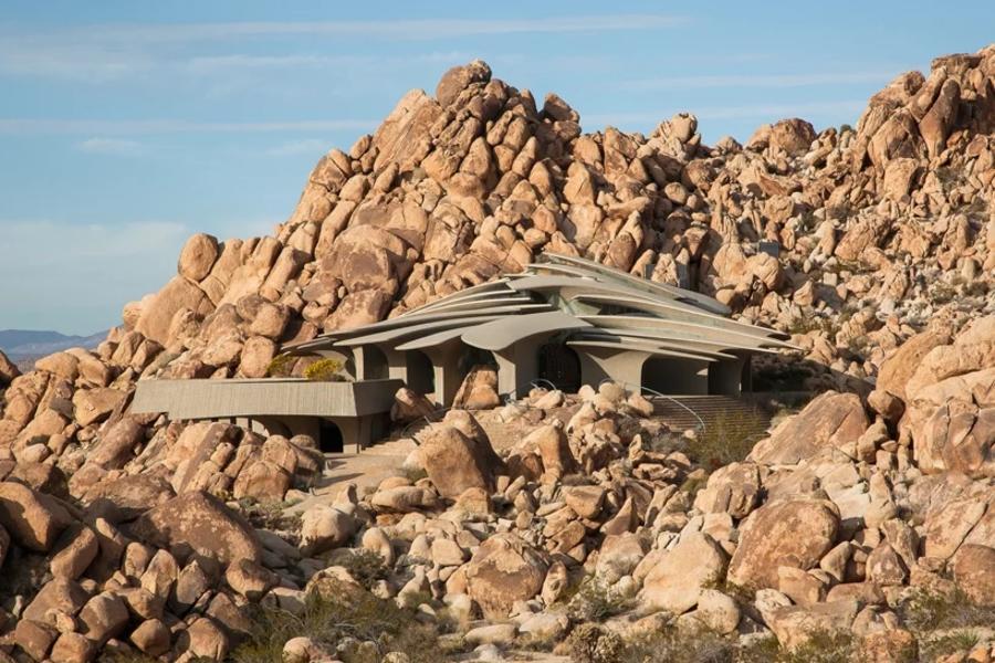 仿佛远古遗留的神迹,沙漠中图腾一般的住宅
