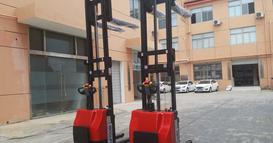 吉林省某包装材料公司购买2台DEROLIFT经济型站驾式全电动堆高车