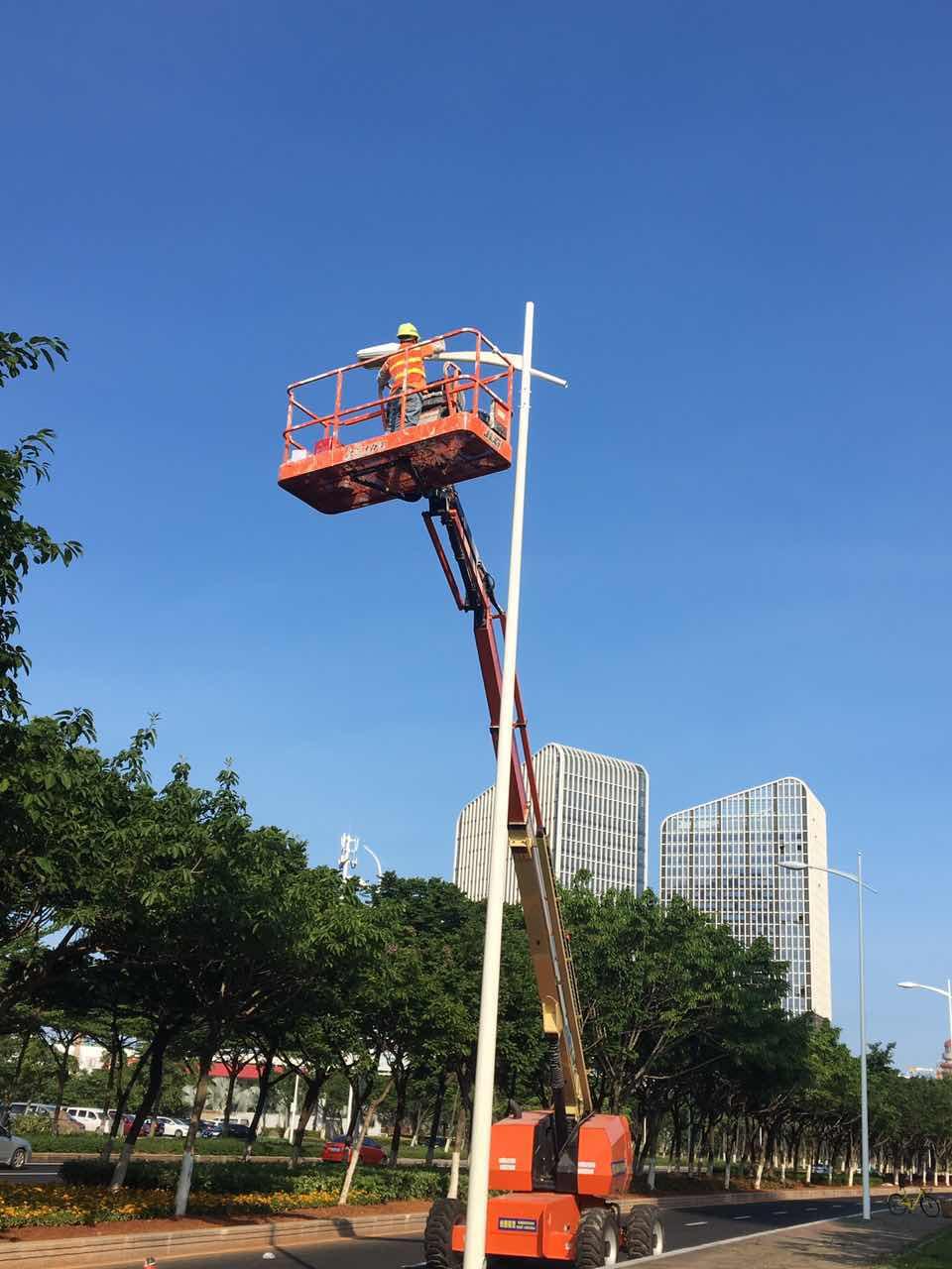 捷尔杰 660SJ在厦门环岛路进行路灯杆刷漆作业