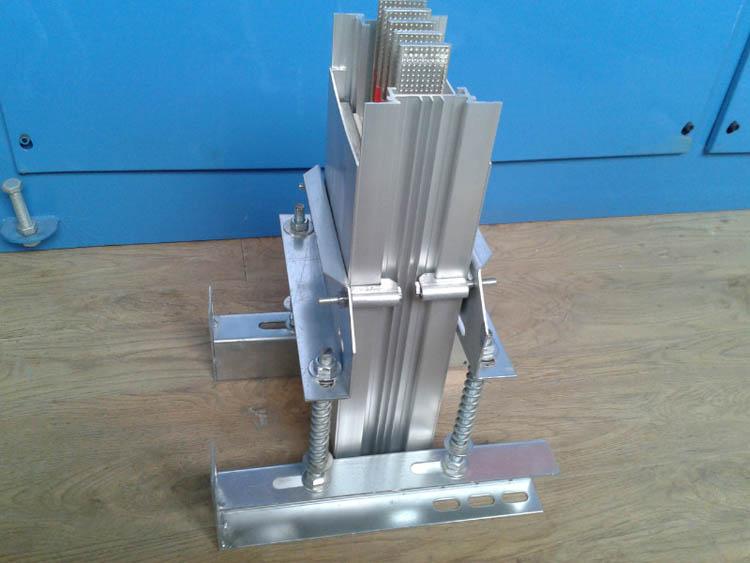 铝合金外壳母线槽垂直安装弹簧支架安装实景图