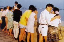 20世纪80年代情人墙边的情侣