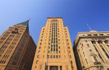 和平饭店(左)、中国银行大楼(中)、工商银行大楼(右)