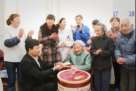 顧鼎武為百歲老人祝壽 授長壽之秘