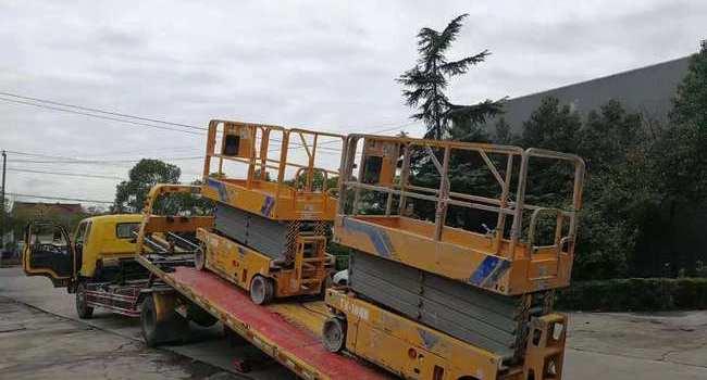 2台自行走剪叉式高空作业平台助力迪斯尼乐园维护
