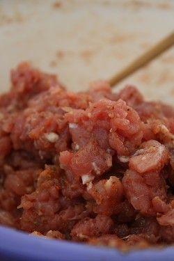 肉丁中加入白酒、盐、白糖、辣椒面、花椒面、姜汁