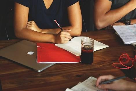 成人英语培训班收费多少?成人英语培训班一年的学费多少?